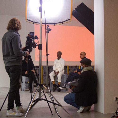 Bei Eröffnungsfeier am Set mit Filmcrew